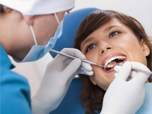Đến nha khoa để được điều trị sâu răng tận gốc